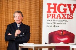 Chefredakteur der HGV-Praxis Harald Lanzertorfer auf der Bühne