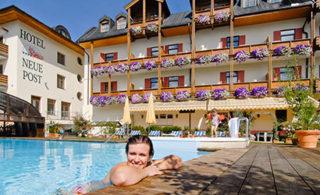 Hotel Neue Post Gebäude und Außenlandschaft mit Pool