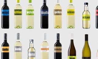 Weinflaschen nebeneinander und untereinander aufgereiht