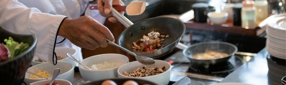 Koch bereitet ein Essen zu - Falkensteiner setzt verstärkt auf EDI