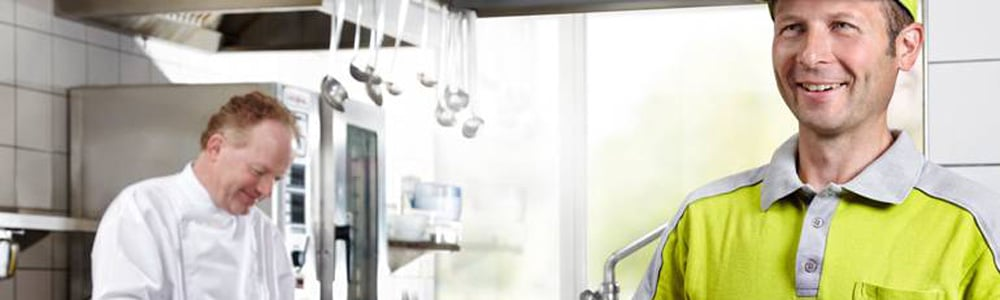 Lieferant und Koch in der Küche: Bestelldaten in Echtzeit mit EDI für Kröswang