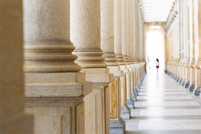 Langer Säulengang symboliziert die Government Branche für den Bereich EDI