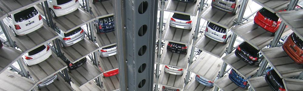Auto-Lagerhalle mit vielen Etagen - dafür sind EDI-basierte Prozesse zwischen Automotive-Zulieferer und OEM erforderlich