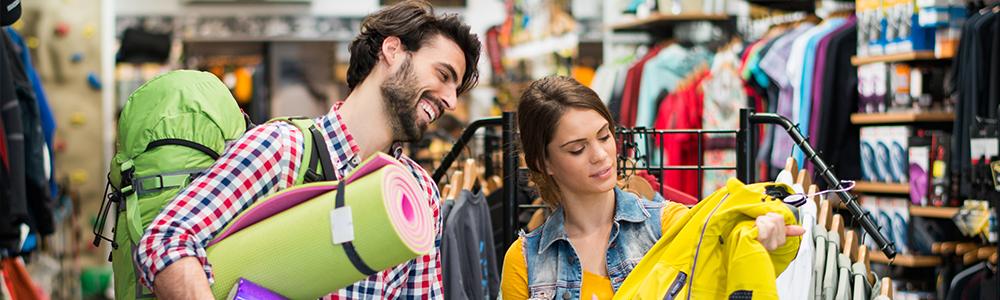 Mann und Frau kaufen in einem Sport-Fachgeschäft ein - symbolisiert den Prozess dahinter wo EDI für Sport 2000 im Einsatz kommt