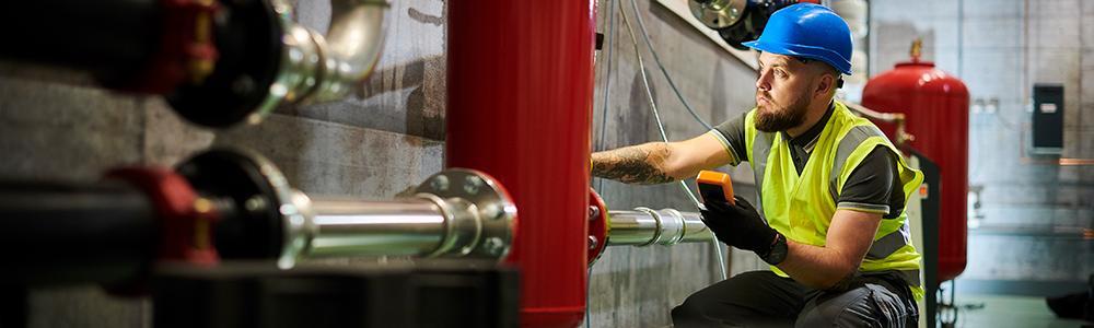 Techniker überprüft Boiler - effiziente EDI-Prozesse bei Austria Email