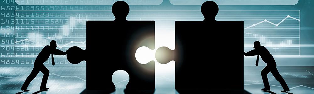 Zwei Menschen fügen zwei große Puzzleteile zusammen und steht symbolisch für EDI-Mapping