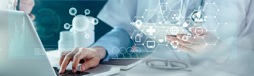 Medizinisches Personal vor einem Computer - symbolisch für die Qualität und Sicherheit für den Austausch der Daten